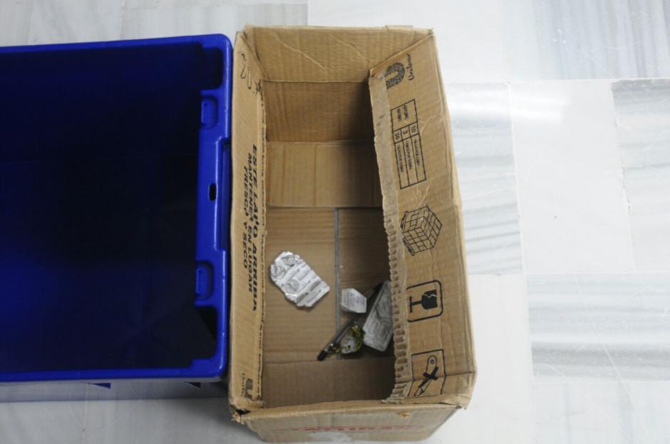 En esta caja se depositaron los artículos que los implicados no pudieron ingresar a la Sala de Vistas de la CSJ.  (Foto: Alejandro Balán/Soy502)