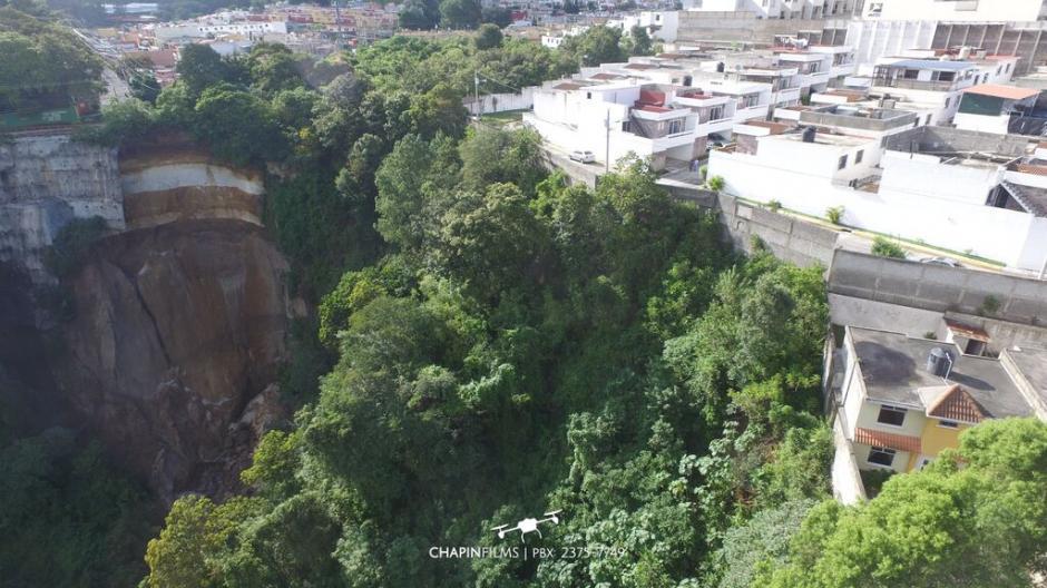 Vista aérea de las viviendas ubicadas en cercanías a la ladera que en los últimos días han presentado desprendimiento de tierra.(Foto: cortesía Chapinflims)