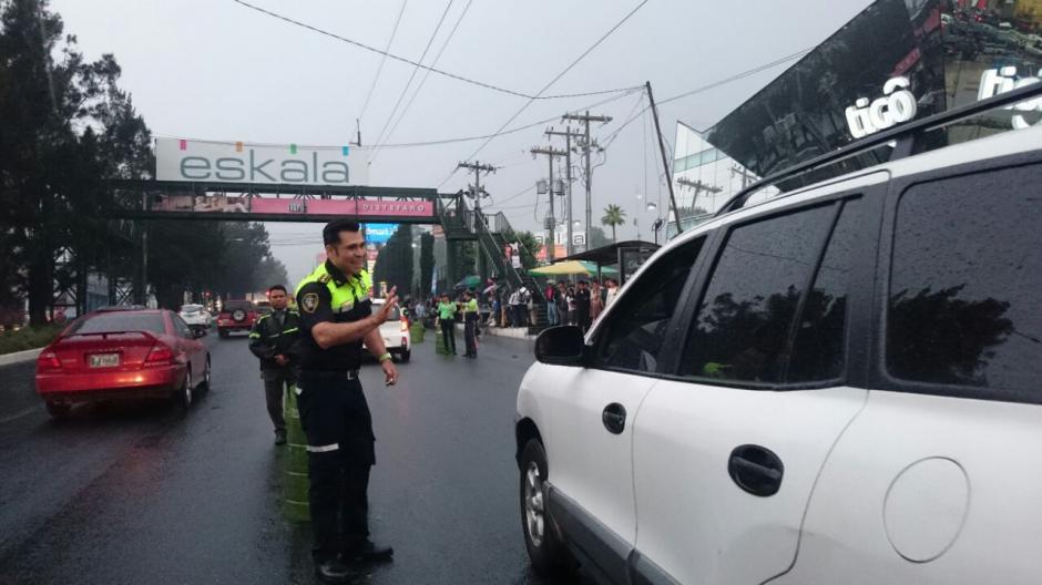 Algunos automovilistas lo reconocieron y saludaron al alcalde de Mixco. (Foto: José Hernández)
