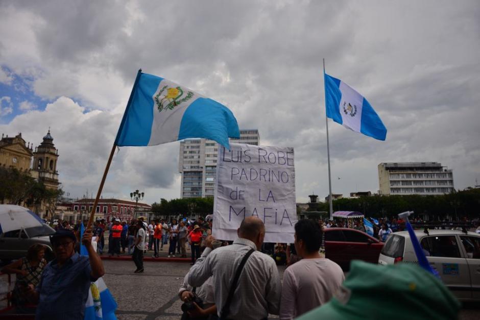 Las banderas de Guatemala volvieron a ondear en la Plaza de la Constitución. (Foto: Jesús Alfonso/Soy502)
