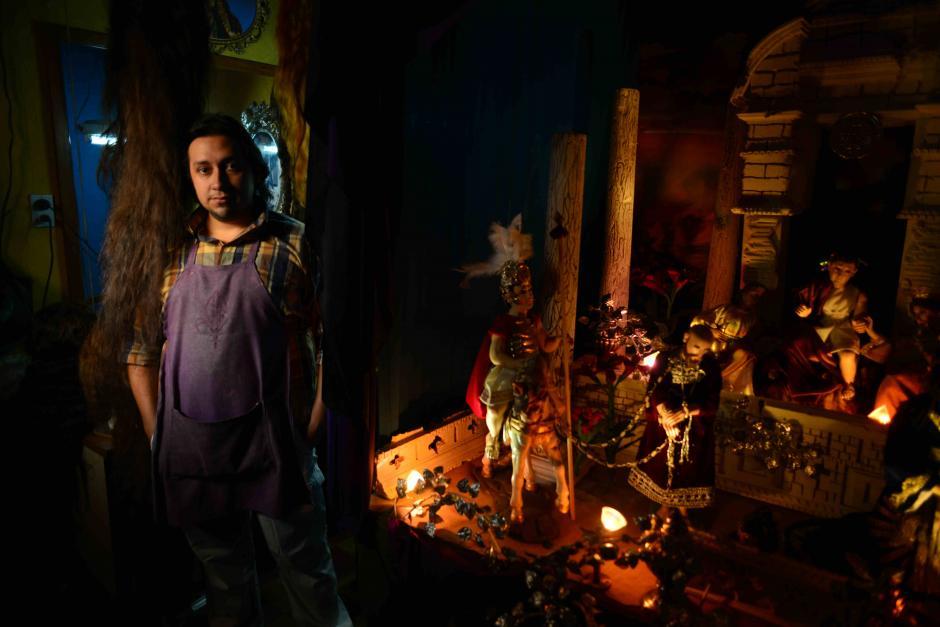 Danilo Briones se pasa los días tejiendo las pelucas que lucen las imágenes de los santos . (Foto