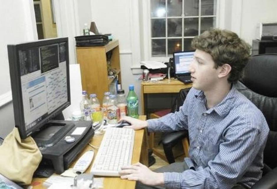 En febrero de 2004, Mark Zuckerberg concedió su primera entrevista. Era para el diario local The Crimson, lo ilustraron con esta imagen.(Tomado de ElPais.com)