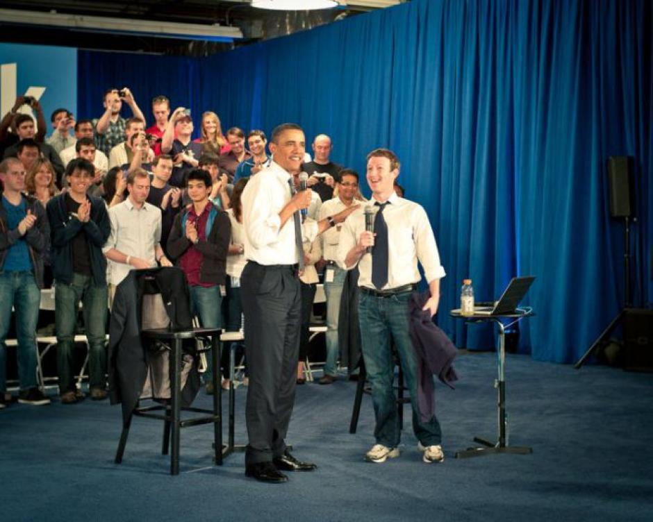 En 2011 Barack Obama hizo un debate en la sede de Facebook. Fue la primera vez que se le vió al fundador con corbata, aunque mantuvo los jeans.(Tomado de ElPais.com)