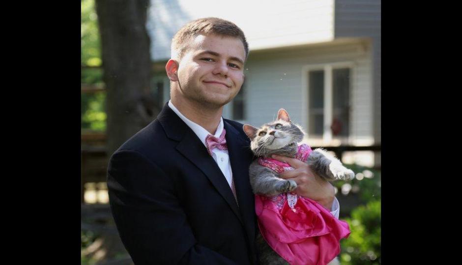 El joven de 18 años fue acompañado por su gata al baile. (Foto: Facebook /Sam Steingard)