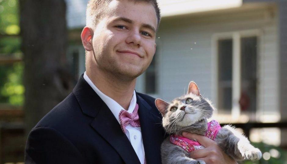 La gata Ruby lució sus mejores galas durante el baile. (Foto: Facebook /Sam Steingard)