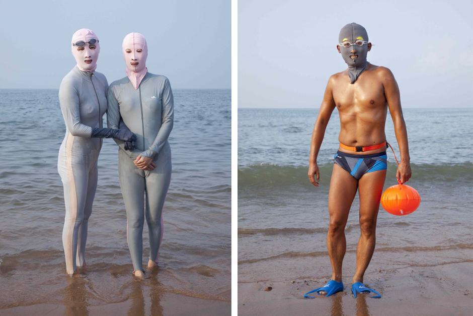 """""""Facekini"""" es una máscara que protege del sol y evita que se ponga la piel morena, cuando van a la playa.(Foto: Philipp Engelhorn)"""