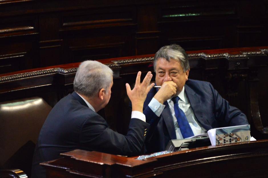 Los diputados con antejuicio Luis Rabbé y César Fajardo conversan en el Congreso. (Foto: Jesús Alfonso/Soy502)