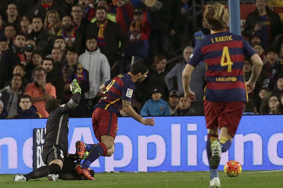 Esta fue una de las jugadas clave, Iraizoz derribó dentro del área a Luis Suarez, el árbitro marcó penal y lo expulsó. Con uno menos y un gol en contra batalló el Bilbao. (Foto: EFE)