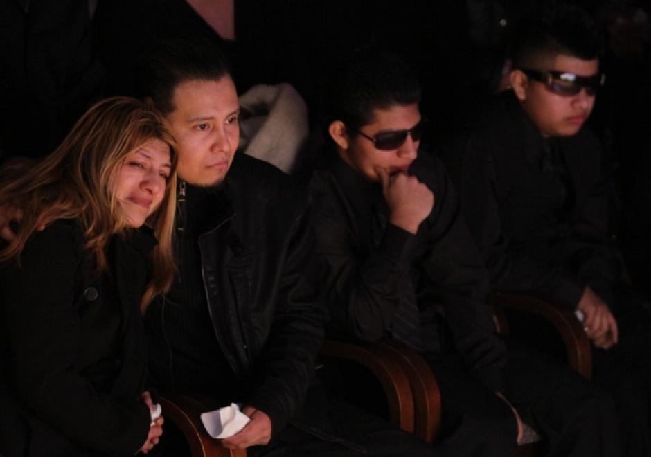 Luzmila Alvarado, madre de Deisy García acompañada de sus otros dos hijos llora a su hija y sus nietas asesinadas. (Foto: EDLP)
