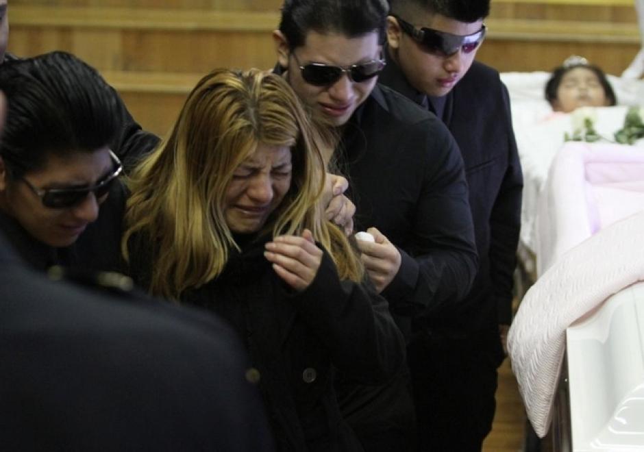 Luzmila se derrumbó ante los ataúdes de sus familiares durante el funeral. (Foto: EDLP)