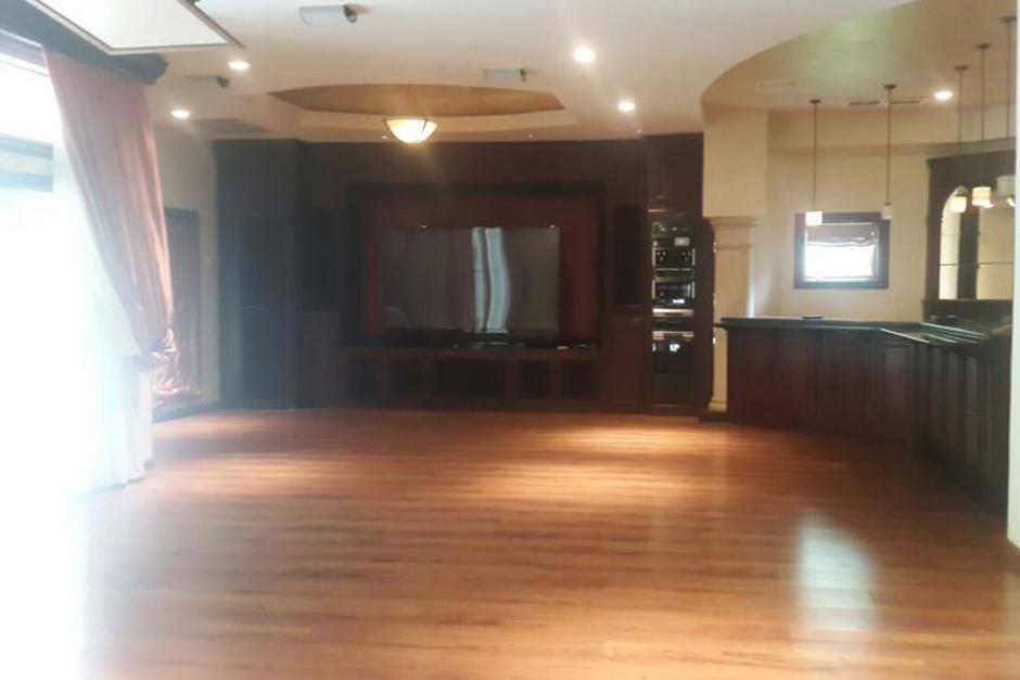 La sala de televisión de la mansión de playa de la familia Rosenthal tenía todas las comodidades. (Foto: LaPrensa.hn)