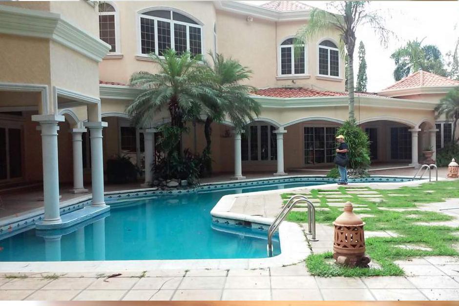 La piscina en la parte trasera de la vivienda de Yankel Rosenthal que fue asegurada en San Pedro Sula. (Foto: LaPrensa.HN)