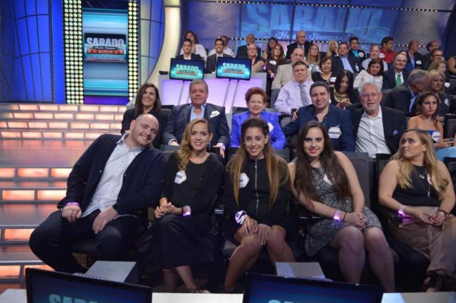 En la última noche del programa, Mario Kreutzberger, verdadero nombre del presentador, estuvo acompañado de su esposa Teresa, sus tres hijos y ocho de sus nueve nietos. (Foto: Univisión)