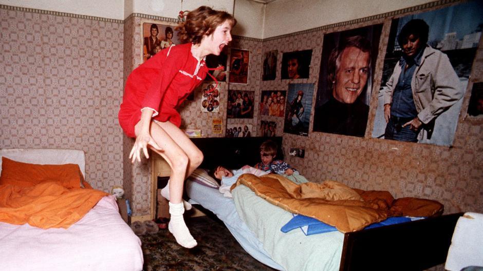 Una de las niñas fue lanzada delante de las cámaras de su cama. (Foto: weekenweird)