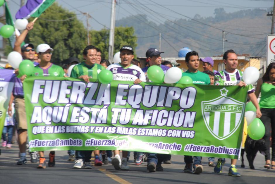 Cientos de antigüeños se pusieron su camisola y, antes de ir al estadio Pensativo, mostraron su apoyo a los jugadores suspendidos.(Foto: Pablo Solís/Nuestro Diario)