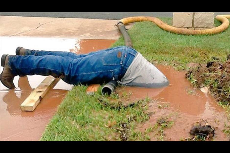 Jimmie Cox se sumerge en el fango para reparar la tubería. (Foto: Archivo)