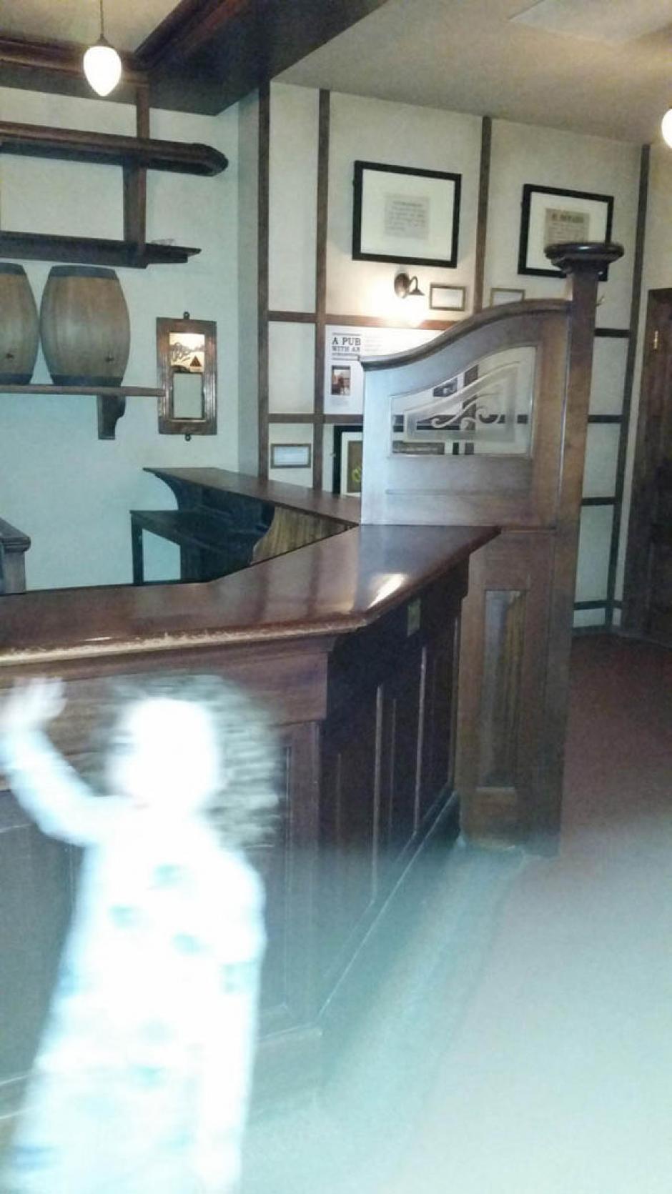 En una de las imágenes se puede ver la clara silueta de una niña que saluda. (Foto: express)