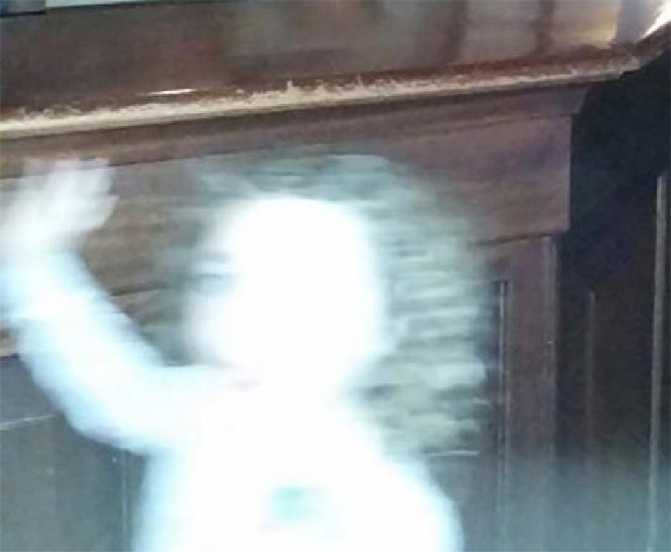 Se puede observar a una niña con pelo largo y un vestido de flores. (Foto: express)