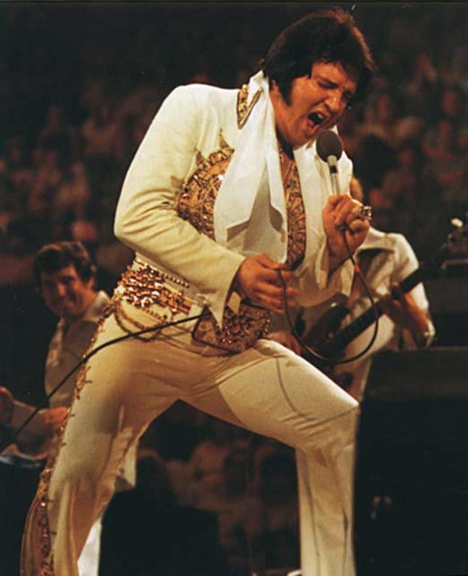 Relegado a presentarse en los escenarios de Las Vegas, y pasada ya la fiebre producida por la invasión británica, Elvis continuó sus últimos años de vida en los escenarios, hasta 1977, y luego de atravesar problemas con diversos fármacos y trastornos de ansiedad que lo llevaron a ganar peso, registrado en los films de sus últimos recitales.
