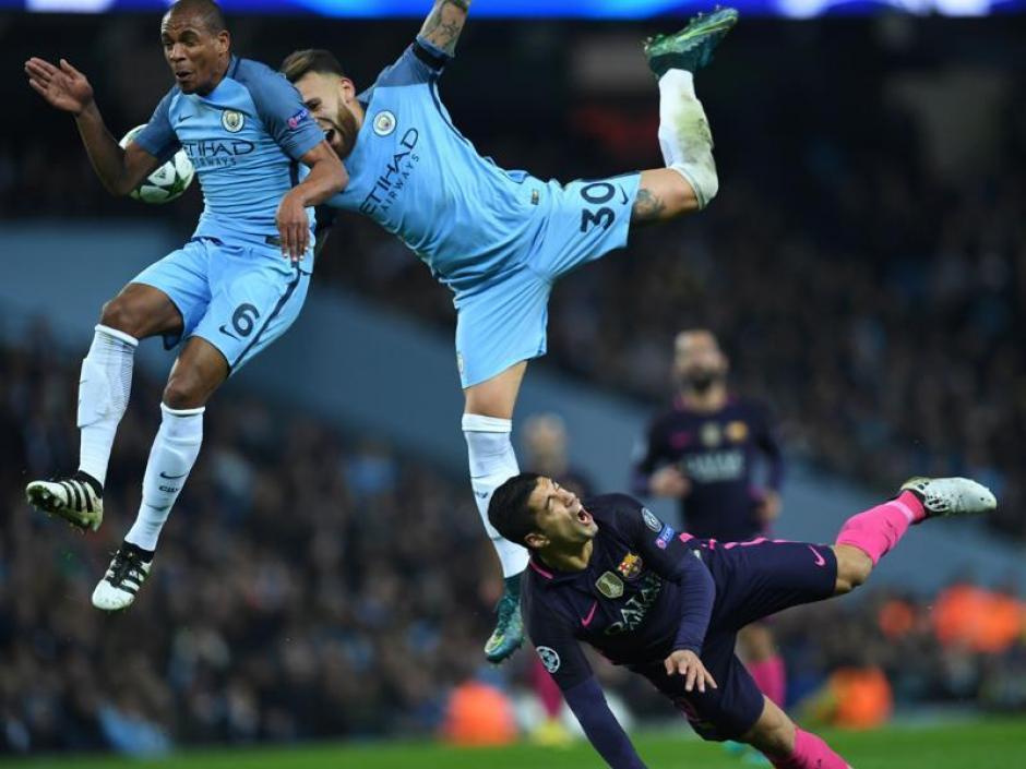 Luis Suárez recibió una fuerte marca de los zagueros del City. (Foto: AFP)