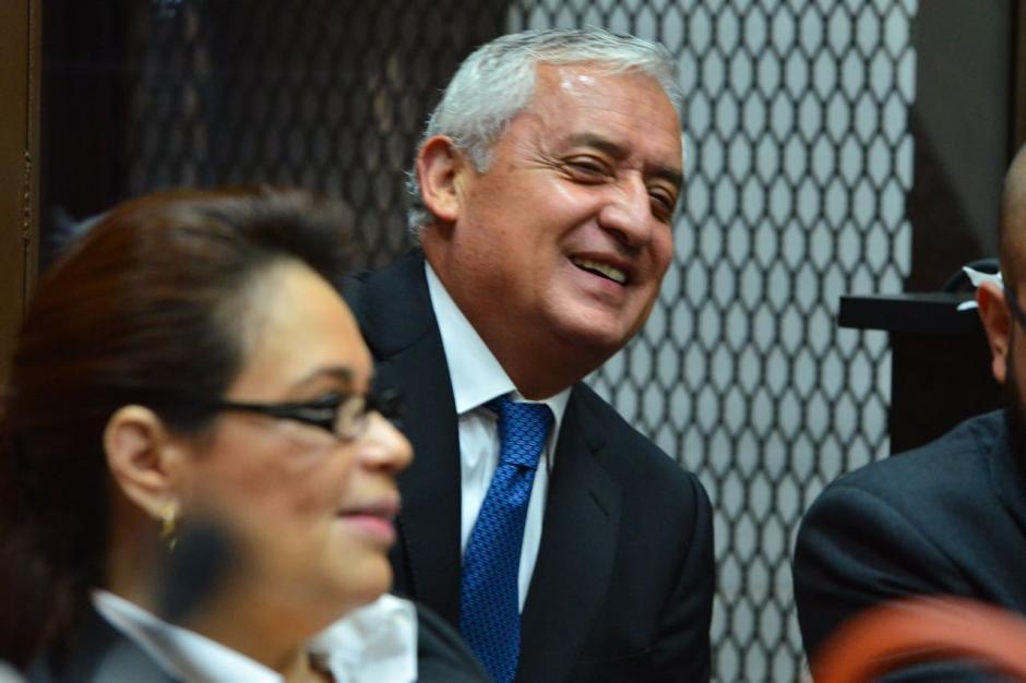 Otto Pérez y Roxana Baldetti sonríen previo a la audiencia. (Foto: Jesús Alfonso/Soy502)