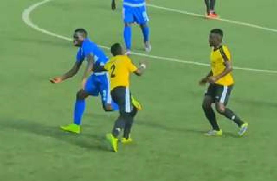 El futbolista del Rayon se lleva algo de la portería contraria ante la molestia de sus colegas. (Foto: Captura de video)