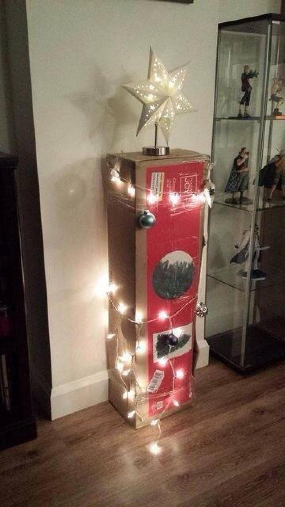 Esta puede ser una solución práctica, aunque poco estética, para evitar tener que desarmar el árbol navideño. (Foto: peru.com)