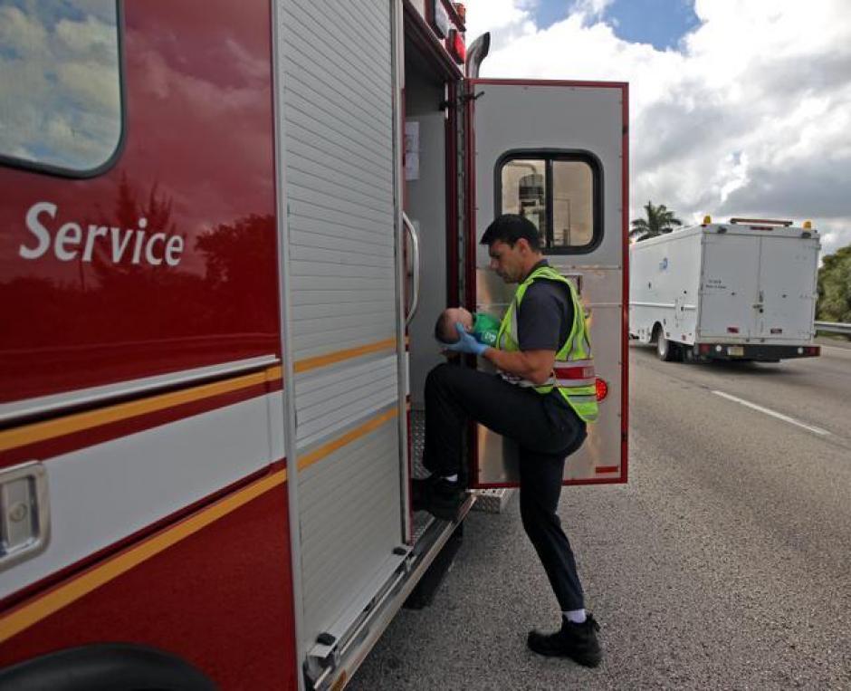 El bebé, ya estabilizado, fue trasladado por una ambulancia a un hospital de la región. (Foto: Al Díaz/Miami Herald Staff)