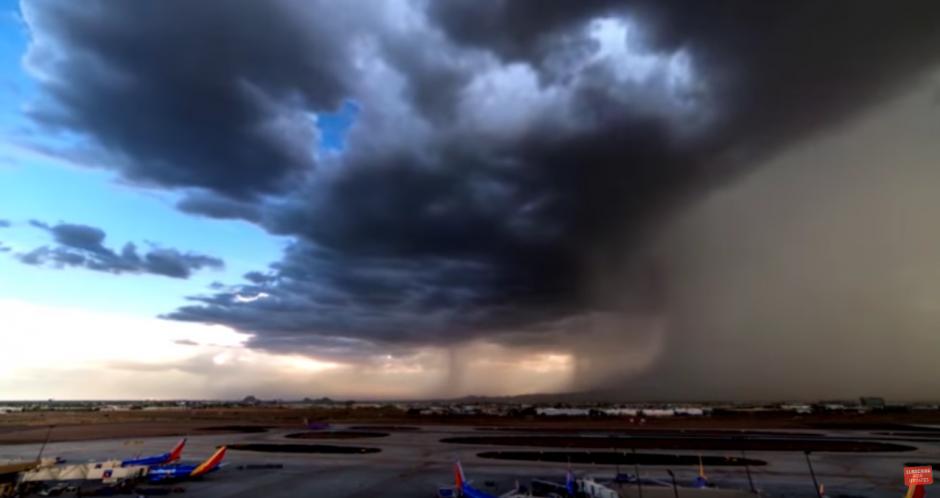 El fenómeno consiste en una potente corriente de viento y lluvia que sale de la nube de una tormenta. (Captura de pantalla: Breaking Hot News/YouTube)