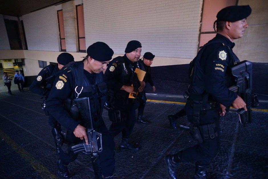 Las Fuerzas Especiales de la Policía Nacional Civil (PNC) salieron de Torre de Tribunales con la órden para trasladar a Baldetti a Matamoros. (Foto: Wilder López/Soy502)