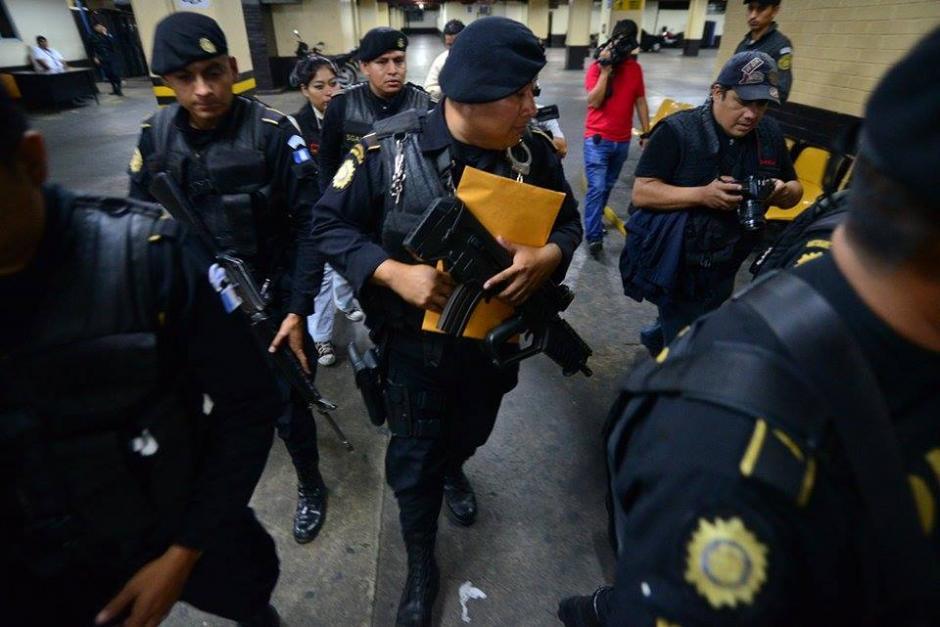 Agentes de las Fuerzas Especiales de la PNC trasladan la orden para llevar a Baldetti a Matamoros. (Foto: Wilder López/Soy502)