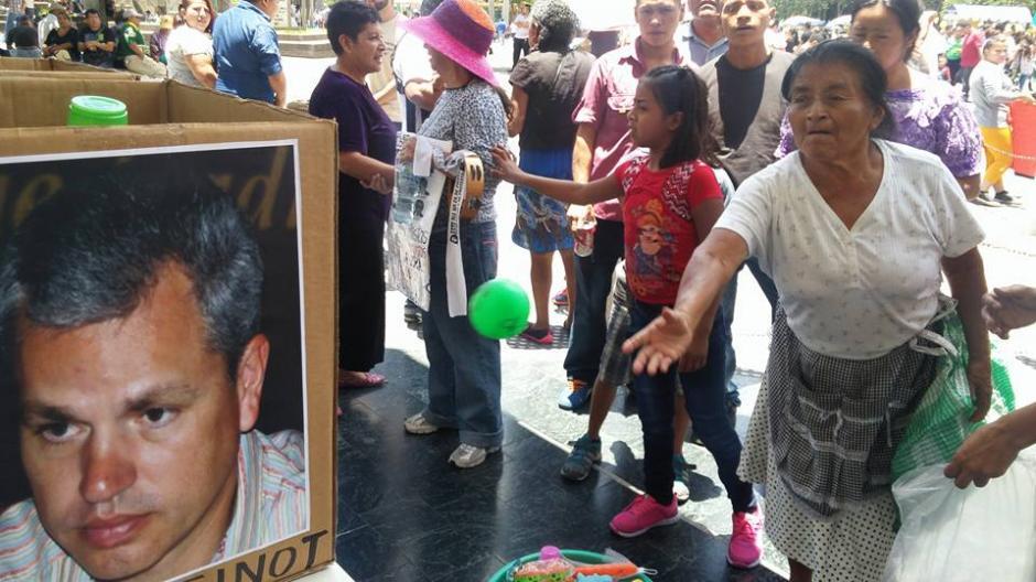 """Los ciudadanos se acercan a los juegos de la """"feria anticorrupción"""". (Foto: JusticiaYa/Facebook)"""