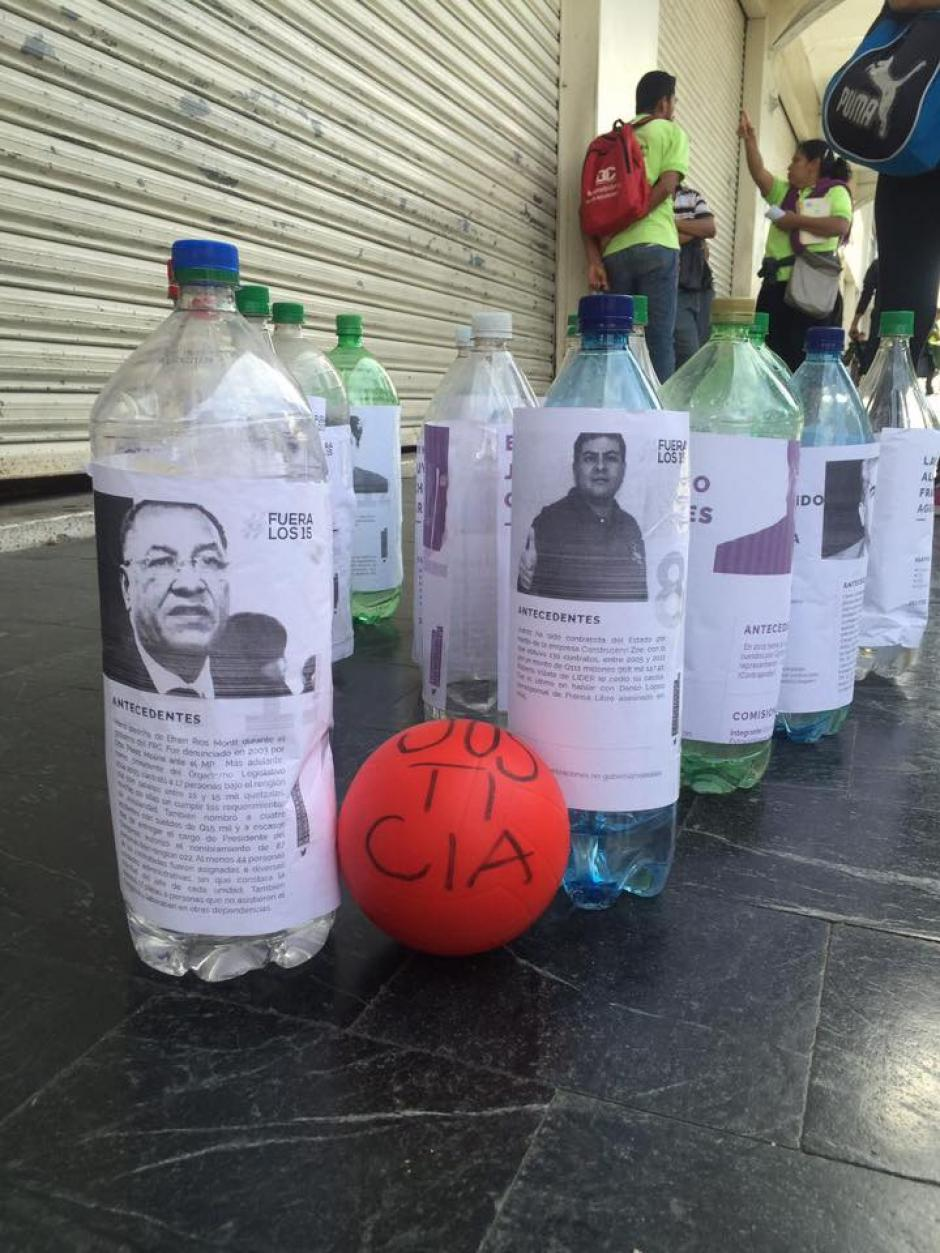 El boliche es otro de los juegos de esta particular feria. (Foto: JusticiaYa/Facebook)