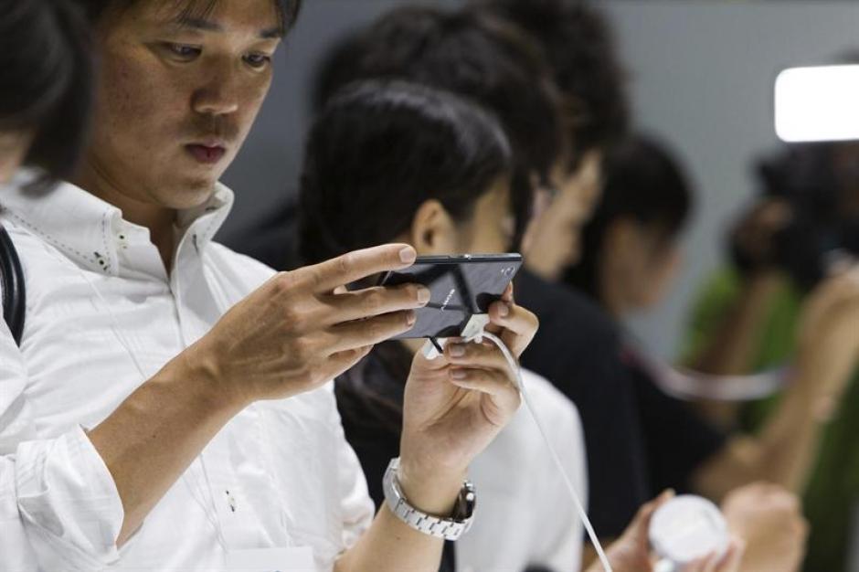 1. En el CEATEC se ha presentado el nuevo modelo del teléfono móvil, SonyXperia Z1.(EFE/Christopher Jue)