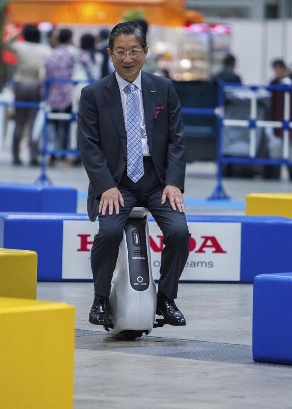 1. El Uni-cub es un vehículo eléctrico de Honda que se recarga con batería de litio.