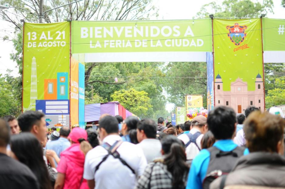 La avenida Simeón Cañas se vio abarrotada este lunes 15 de agosto. (Foto: Alejandro Balán/Soy502)