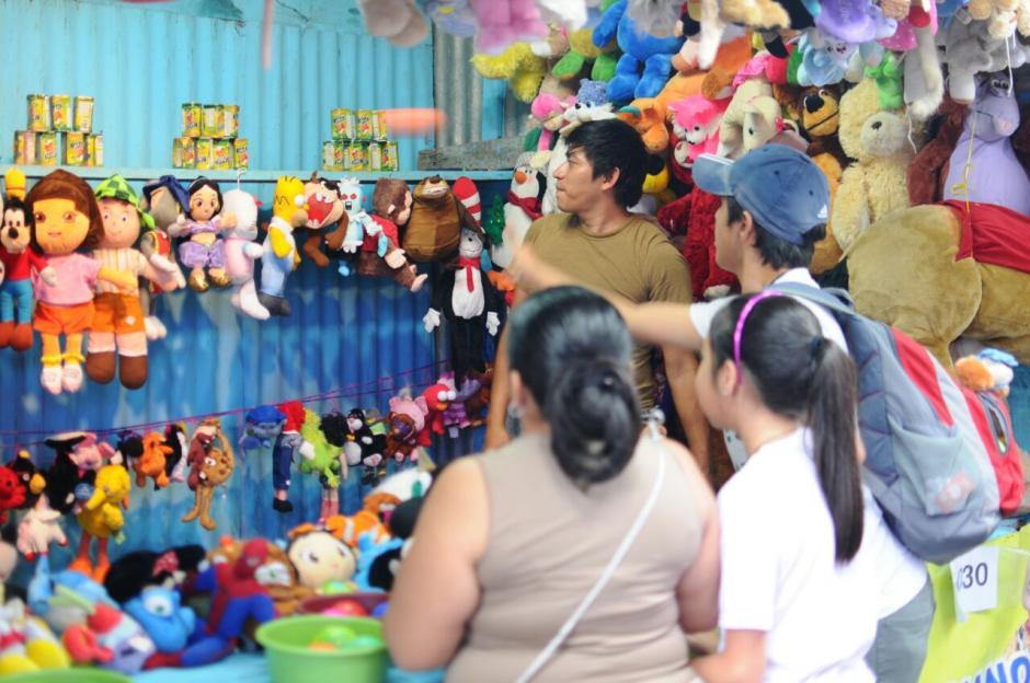 Algunos visitantes se llevaron premios por ganar en los juegos de la feria. (Foto: Alejandro Balán/Soy502)