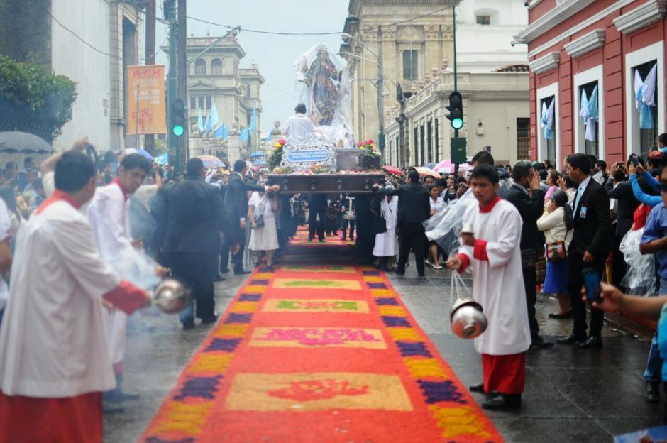 La procesión de la Virgen de la Asunción recorrió el Centro Histórico. (Foto: Alejandro Balán/Soy502)