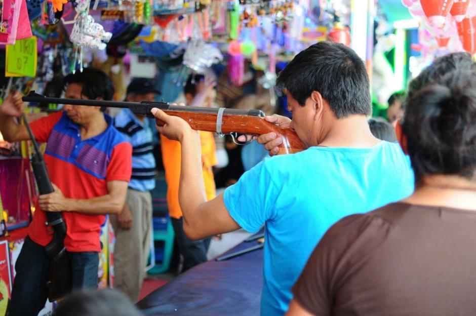 A pesar de los avances tecnológicos, los juegos de feria siguen dando entretenimiento a los capitalinos. (Foto: Alejandro Balán/Soy502)