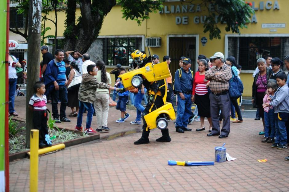 """Los """"transformer"""" atrajeron la mirada de los visitantes. (Foto: Alejandro Balán/Soy502)"""