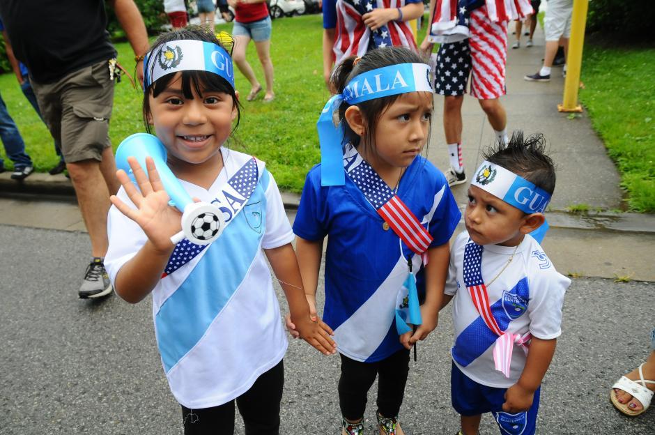 Fernanda, Melissa y Elías, nacidos en Estados Unidos, pero de padres guatemaltecos, también se pusieron la azul y blanco y viajaron a Tennessee, para apoyar a la Bicolor. (Foto: Aldo Martínez/Soy502)