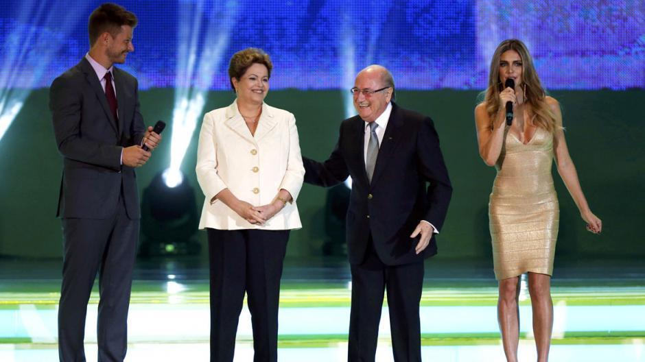 La elección de Fernanda Lima y Rodrigo Hilbert como presentadores del sorteo del Mundial de Fútbol Brasil 2014 causó polémica en Brasil.
