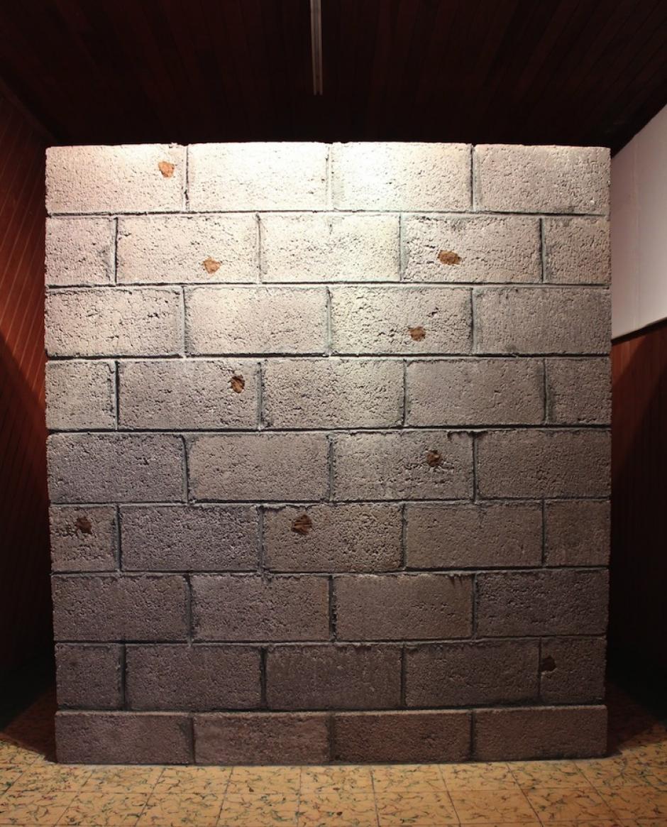 """Fernando Poyón presentó """"Interferencias"""" hecha de block, cemento y arcilla."""