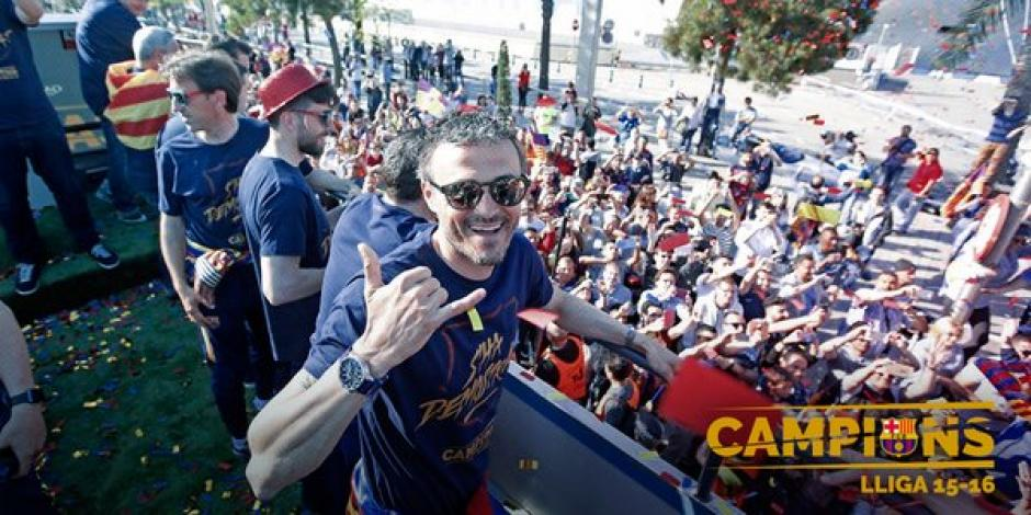 El técnico, Luis Enrique, también participó en el recorrido del campeón. (Foto: Twitter)