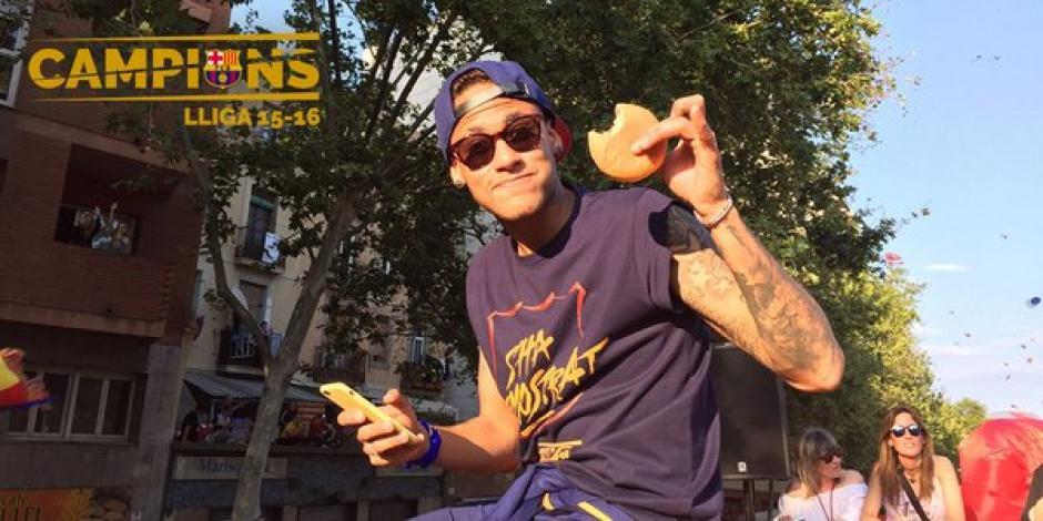 ¿Con hambre? Neymar aprovecha para comer una hamburguesa durante el recorrido. (Foto: Twitter)