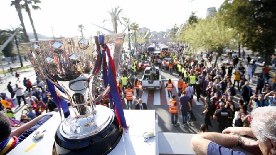 La copa se lució en la parte de enfrente del bus descapotable que trasladó a los jugadores de Barcelona. (Foto: Twitter)