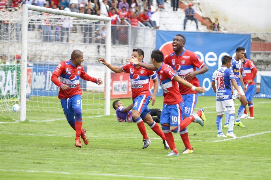 Julio Estacuy (6), uno de los estandartes de Xela convirtió el primer gol del partido.(Foto: Gustavo Rodas/Nuestro Diario)