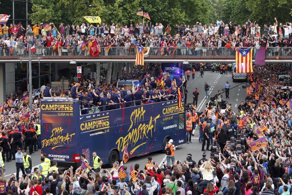 Los seguidores de Barcelona colmaron las calles por donde pasó el recorrido. (Foto: EFE)