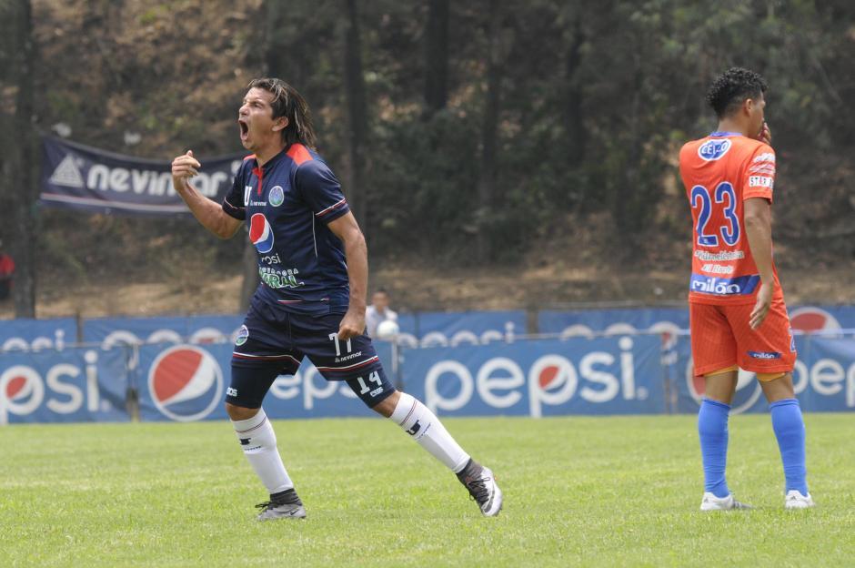 """El """"Chero"""" Burgos festejó el empate parcial de la U, pero no les alcanzó. (Foto: Orlando Chile/Nuestro Diario)"""