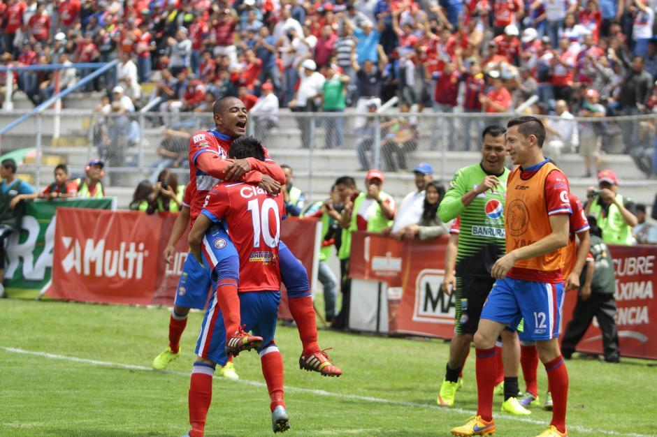Fredy Santiago Taylor es cargado por su compañero Kevin Arriola en el festejo del segundo gol de Xela. (Foto: Gustavo Rodas/Nuestro Diario)